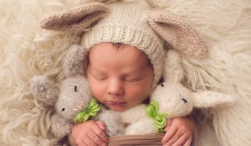Спящие зайки — младенцы в пасхальных костюмчиках
