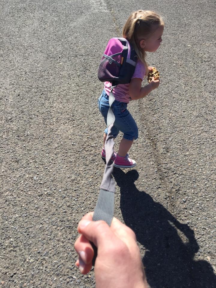Фото 3-летней девочки на поводке взбудоражило Интернет, но отец непоколебим: дикий ребенок .