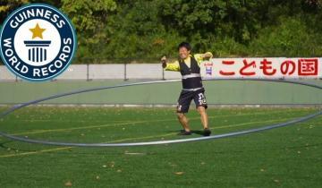 Чтобы поставить новый рекорд, маленькому японцу пришлось буквально бегать внутри огромного обруча!