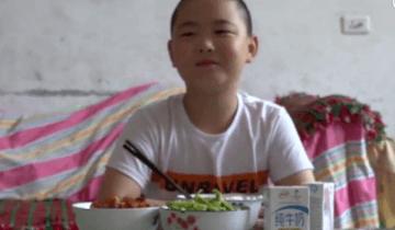 Китайский школьник ест по 5 раз в день, чтобы успеть растолстеть и спасти отца