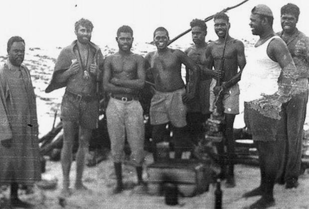 Михаил Фоменко в окружении спасших его туземцев, 1959 год Фото: Queensland Government