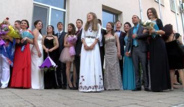В течение двух месяцев девушка оформляла вышивкой платье на выпускной