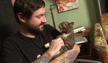 Мужчина приютил дефектного котенка и стал знаменитым