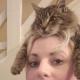 Кот Фредди не видит ничего зазорного в том, чтобы посидеть у хозяйки на голове
