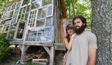 Пара построила в лесной глуши дом из оконных рам