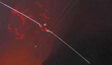 Канатоходец впервые прошел над жерлом действующего вулкана