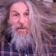 Неухоженного дедулю подстригли и сбрили ему бороду так, что он преобразился в элегантного мужчину!