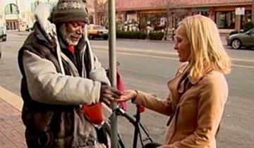 Женщина вместе с милостыней случайно подала бездомному обручальное кольцо