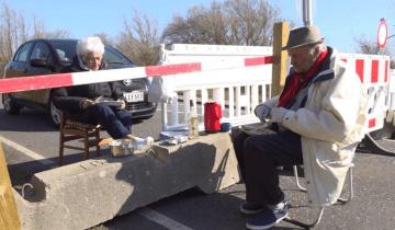 Пара влюбленных пенсионеров каждый день встречается на границе двух стран, чтобы просто побыть рядом