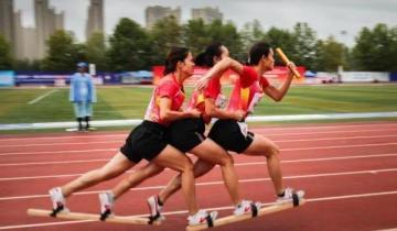 Китайское народное развлечение — бег по трое на досках вместо обуви