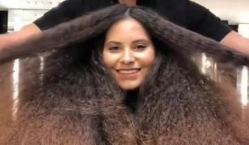 Девушка с пышной и непослушной гривой волос вышла из салона дорогой ухоженной красоткой
