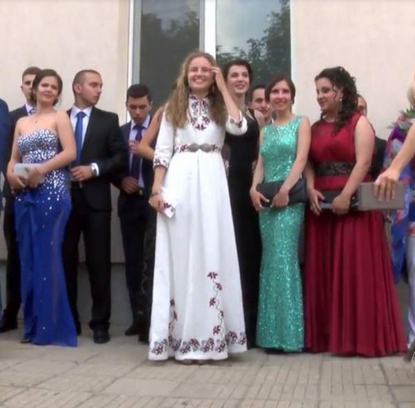 Выпускница пришла на выпускной в платье, которое вышила своими руками