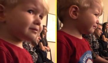 2-летний мальчик не может сдержать слез, когда старшая сестра играет «Лунную сонату»
