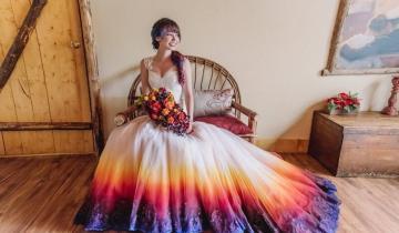 Девушка собственноручно раскрасила свадебное платье, превратив его в сказочный наряд