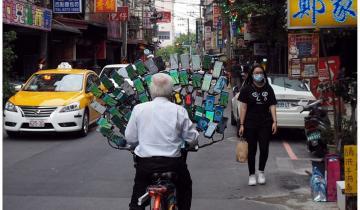 70-летний пенсионер так любит играть, что установил на свой велосипед 64 смартфона