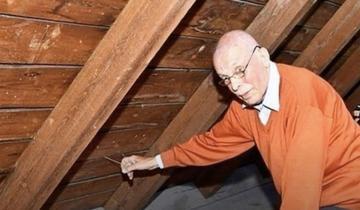 Мужчина дернул за спрятанную веревку на чердаке и нашел тайник, который оставили 70 лет назад