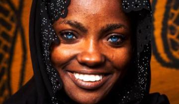 У темнокожей девушки с голубыми глазами двое детей. Как они выглядят?