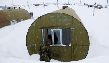 На Севере некоторые люди живут в бочках. Как выглядят внутри их дома?