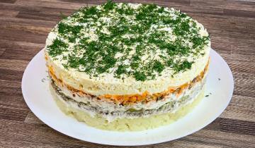 Слоеный салат со шпротами, который получается, как закусочный торт