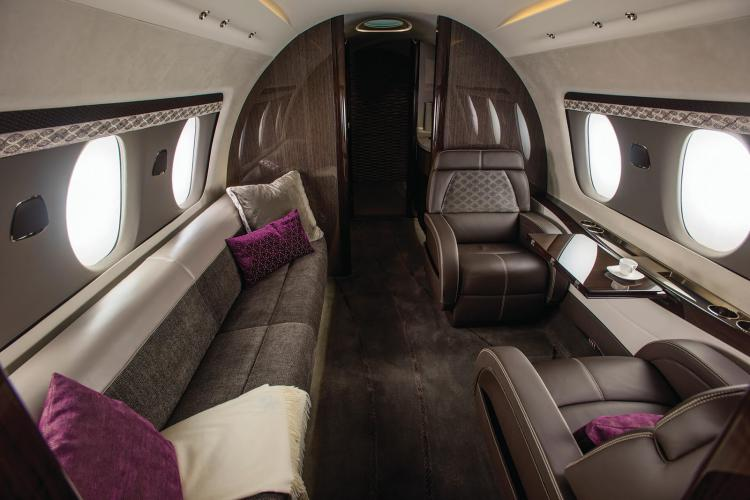 Полноценно отдохнуть в полёте на Cessna Citation Hemisphere можно в зоне отдыха с диваном и самыми большими в своём классе креслами