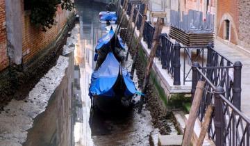 В Венеции обычно наводнения, но теперь пересохшие каналы