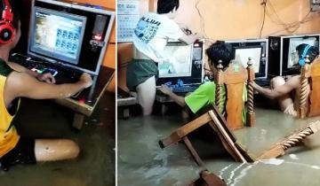 Играть до конца! Геймеры не покинули затопленный клуб во время тайфуна.