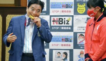 В Японии решили заменить золотую медаль спортсменки, после того, как мэр города взял ее в руки