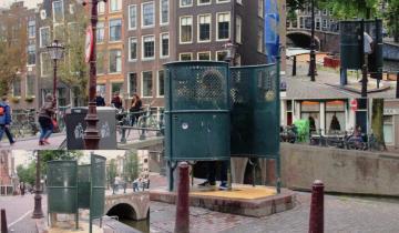 Зачем в Голландии стоят открытые туалеты на улицах