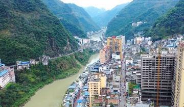 В отвесных горах Китая находится самый узкий город в мире