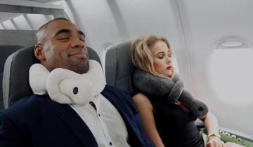 Девушка изобрела новый способ использования подушки для поездок